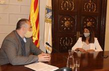Pla mig de l'alcalde de la Seu, Jordi Fàbrega, amb la consellera de la Presidència, Meritxell Budó