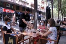 Veïns de Lleida asseguts a la terrassa que el bar Beat ha muntat a l'avinguda Doctora Castells de Lleida.