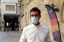 L'alcalde accidental de Lleida, Toni Postius, davant la Paeria atenent els mitjans de comunicació.