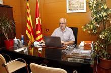 Pla obert on es pot veure l'alcalde de Cervera, Joan Santacana, treballant al seu despatx a la Paeria