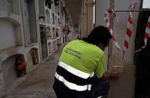 Un operari arranjant el cementiri de Mollerussa