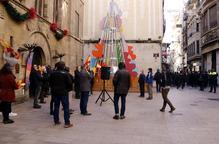 Pla general de la plaça de la Paeria de Lleida durant l'acte de Vox, mentre al fons un cordó policial impedeix als manifestants antifeixistes accedir a la plaça
