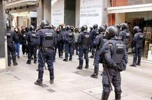 Pla obert del dispositiu policial que ha evitat que els manifestants antifeixistes accedissin a la plaça de la Paeria de Lleida durant l'acte de Vox