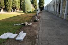 Destrossen diverses tombes al cementiri del Palau d'Anglesola