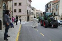 Bellpuig celebra els Tres Tombs de Sant Isidre amb una trentena de tractors