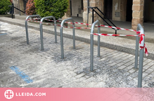 Instal·lació de nous aparcabicicletes a Balaguer