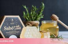 Unes Germanes del convent de Sant Crist de Balaguer elaboren un sabó amb mel