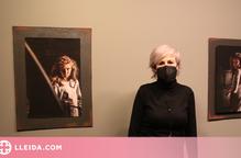 Ester Gasol amb dues de les seves fotografies
