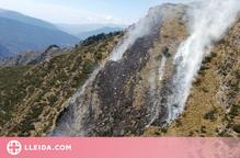 Els bombers treballen en un incendi forestal a Alins, al Pallars Sobirà