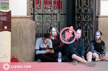 ⏯️ Cinc joves s'encadenen a la seu del PSC de Lleida per reclamar l'alliberament de Hasel