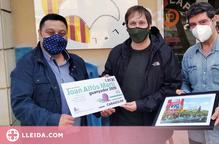 Joan Alfós lliura a la Fecoll la seva vinyeta guanyadora del Concurs d'Humor Gràfic Caragoler