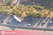 Un ferit greu en un accident entre dos camions a l'A-2 a Cervera