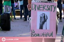 ⏯️ Concentració a Lleida contra l'agressió racista que va patir un veí d'origen senegalès