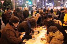 Unes 150 persones tallen la cruïlla de Ricard Viñes de Lleida per escriure cartes als presos i exiliats
