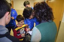 Los jugadores del Lleida Esportiu, embajadores de los Reyes Magos en HLA Perpetuo Socorro
