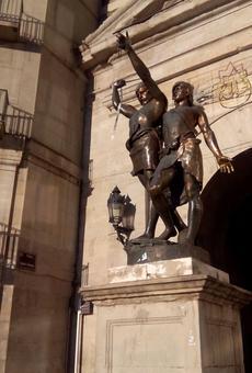 L'estàtua d'Indíbil i Mandoni apareix sense llança i amb un llaç blanc