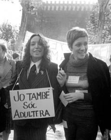 Maruja Torres y Montserrat Roig en una manifestación en Barcelona