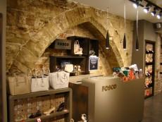 Arcada gòtica a la sabateria Fosco, també amb l'aresta bisellada.