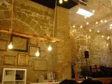 El local de la cafeteria, amb els arcs medievals