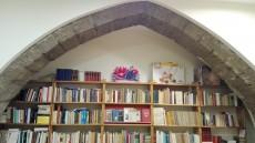 Arcada gòtica a la llibreria Genet Blau. Es pot apreciar l'aresta amb bisell característica.
