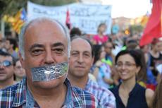 Amb tricorni i metralleta treu el cap la dictadura