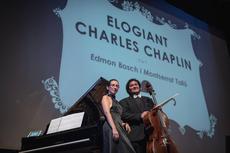Elogiant Charles Chaplin