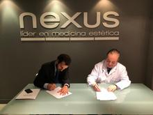 Moment de la signatura amb el Dr. Pinós, fundador i director mèdic de Nexus; i Aleix Serrahíma, director de desenvolupament de negoci de Veritas Interncontinental