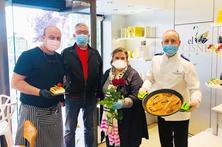 Rosa, paella i pastís al 'pack' de Sant Jordi de la Zona Alta