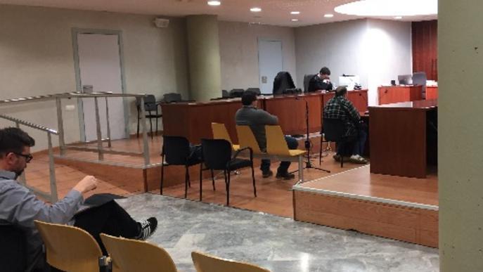 Un banc demana presó a un exempleat que acusa de quedar-se diners de clients