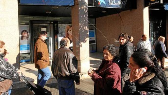 Tres encaputxats atraquen un banc a mà armada a la Mariola i encanonen un client