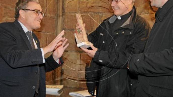 Obres al febrer a l'església de Sant Llorenç per a la nova il·luminació, ja en proves