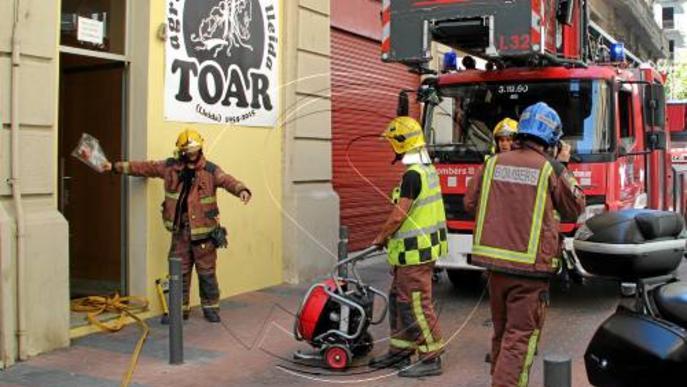 Intoxicada a l'inhalar fum en un foc al seu edifici a Vila Antònia