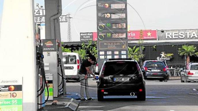 El preu del petroli cau a la meitat en un any mentre els carburants només baixen un 15%