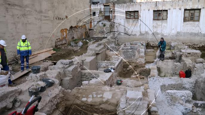 Restes de ceràmica romana i de muralla i adoberies medievals al costat de la Diputació