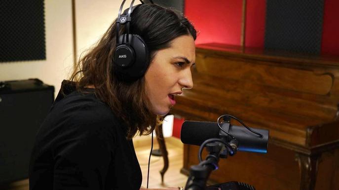 Aina Balasch presenta la seva primera cançó en format acústic
