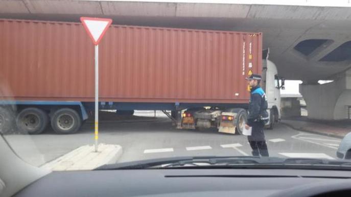 Tràiler bloquejat a l'avinguda del Segre