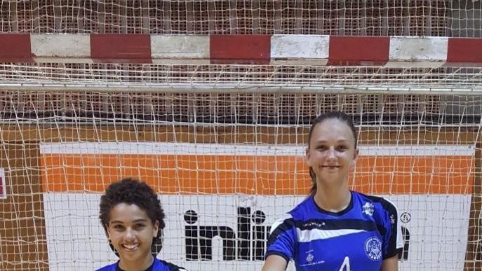 Dos jugadores de l'Associació Lleidatana d'Handbol, amb la Catalana