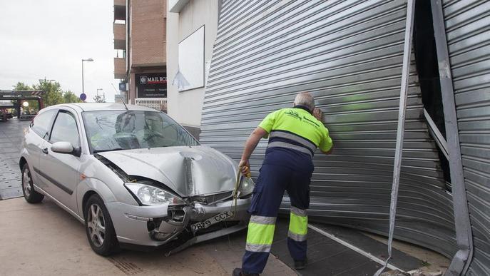 Se salta una rotonda i encasta el cotxe contra un comerç a Tàrrega