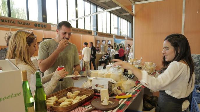 Més d'un centenar de formatges competeixen a la Fira de Sant Ermengol, que dura més