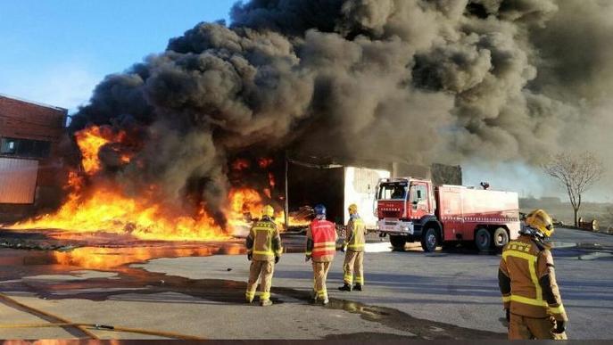 Un espectacular incendi calcina una nau amb caixes de plàstic a l'Albi