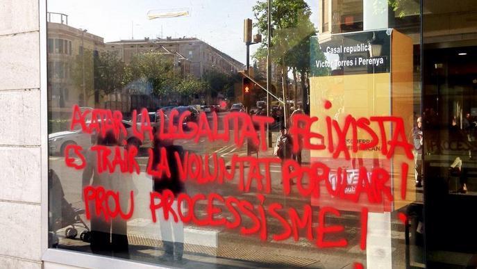 La seu d'ERC pateix un atac vandàlic amb una pintada