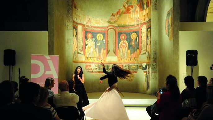 El Dansàneu 'balla' al MNAC davant els frescos de Sant Pere del Burgal