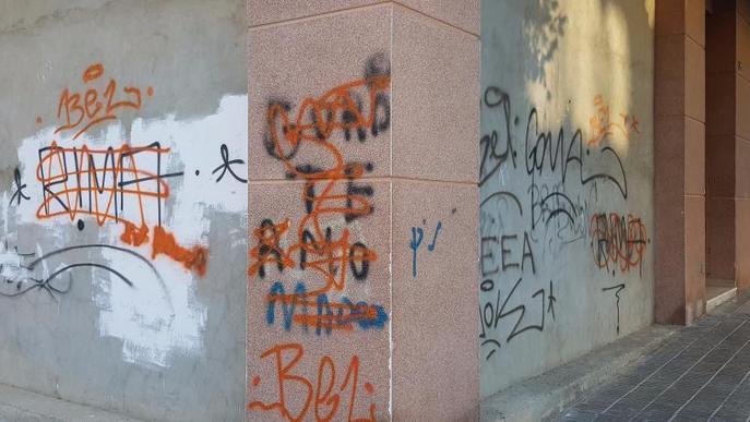 La Bordeta denuncia que la Paeria no ha netejat pintades de fa tres mesos