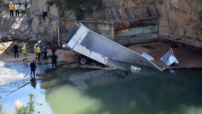 Mor un camioner al caure al riu Segre des del pont de Peramola