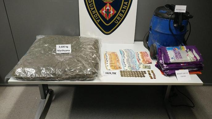 Tres detinguts amb 3,6 quilos de marihuana en un vehicle
