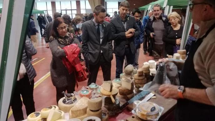 La fira de formatges del Palau d'Anglesola supera el mal temps