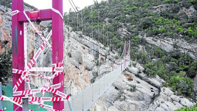 La passarel·la de Mont-rebei, tancada tot i que està arreglada