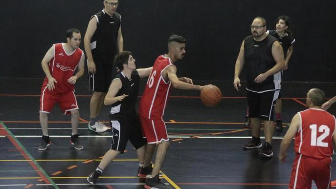 Lliçó de bàsquet a favor de la integració