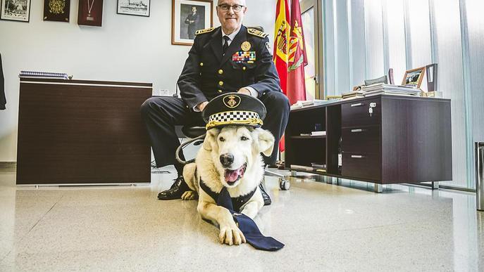 La Guàrdia Urbana col·labora en un calendari amb la protectora Amics dels Animals del Segrià