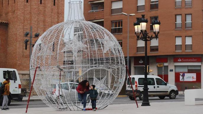 Decoració nadalenca de sis metres d'altura per estrenar el centre comercial de Mollerussa